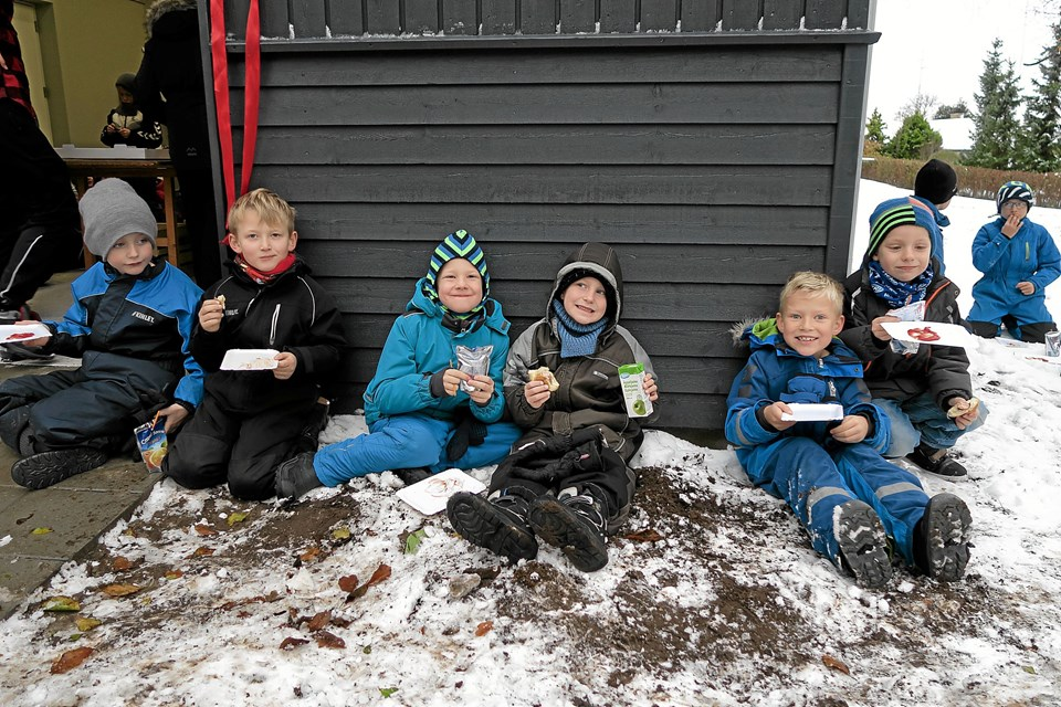Sne og kulde betyder ingenting, når bare der er pølsehorn og juice nok! Foto: Niels Helver