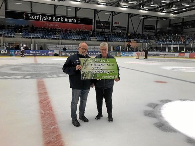 På vegne af FIK's Støtteforening overrakte Poul Lillelund de 50.000 kr. til æresmedlem og kasserer Johanne Henriksen. Privatfoto