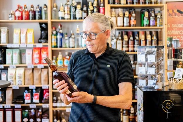 Vinhandler Peter Vin er ovenud tilfreds med, at han har fået en sending af den eftertragtede whisky. Foto: Lasse Sand