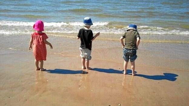 Børnebørn ved stranden. Foto: Bente Philipsen