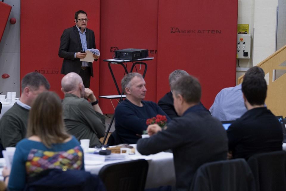 Kontorchef Sugmund Lubanski fra Erhvervsstyrelsen fortalte om status for udvidelsen af testcenteret på Borgermødet i Østerild, men der var ikke mange positive ord over udsigten til den ekstra støj.Foto: Peter Mørk