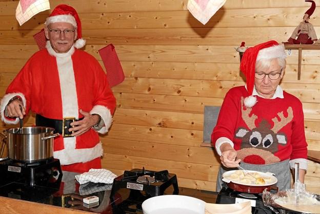 Hver lørdag og søndag i december kræser Julle og Julia for de besøgende med salg af hjemmelavet gløgg og hjemmelavede æbleskiver, og til børnene er der kakaomælk. Foto: Niels Helver
