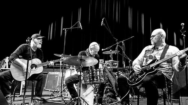 Musikken leverer Midnight Blues Akustik bestående af centerets kok, Carsten Olsen samt hans musikalske kollegaer Peter Andersen fra Shu-bi-dua og Peter Domtorp fra Frede Fup Band. PR-foto