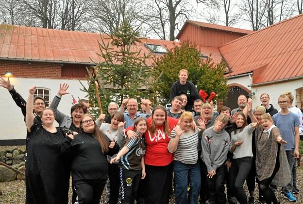 En festglad flok fra Nr. Vesterskov er klar til årets julefrokost.