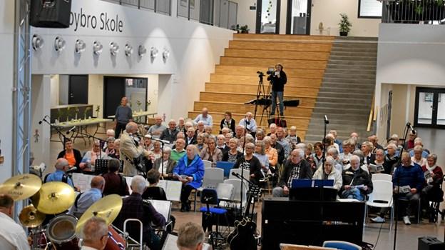 Lyttende og syngende publikum. John Andersen