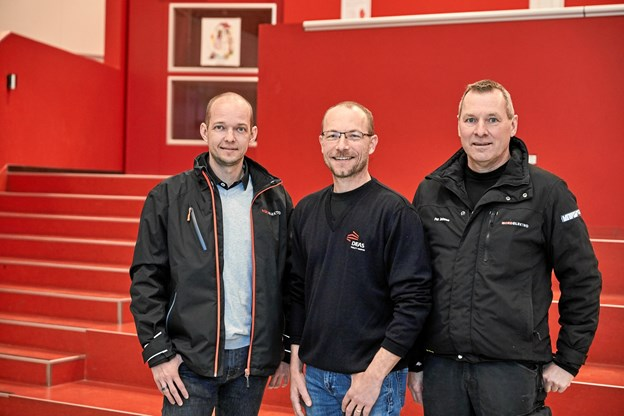 Teknisk rådgiver Henrik Jacobsen (tv.) fra Nordelektro teknisk serviceleder Henrik Jacobsen fra DEAS samt montør Per Jensen (th.) fra Nordelektro
