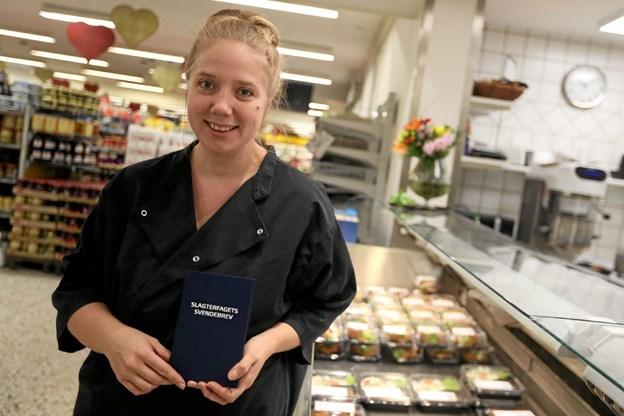 Henriette Lynge Pedersen er færdiguddannet gourmetslagter hos Dagli'brugsen i Hou. Foto: Allan Mortensen