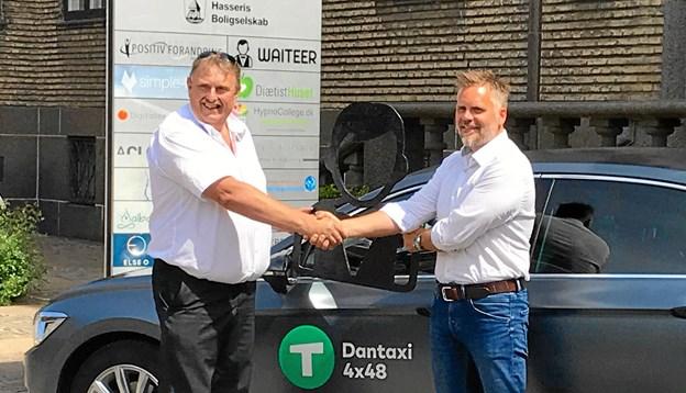 Ricky Thygesen,Waiteer CEO, til højre, og Gert Mark, formand Aalborg Taxa A.M.B.A, trykker hånd på aftalen.