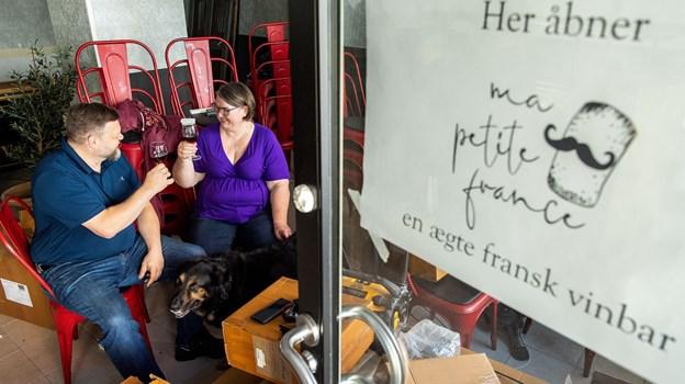 Christian og Majken Green har haft travlt med at gøre vinbaren klar til åbning. Foto: Henrik Bo
