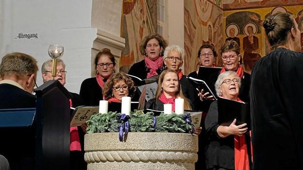 Sindalkoret med 25 medlemmer sang julens toner dirigeret af Kristina Hansson. Foto: Niels Helver Niels Helver