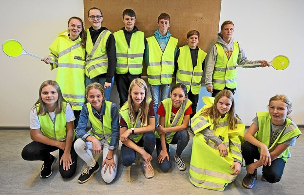 12 elever fra 7. klasse har netop gennemgået et skolepatruljekursus og er nu klar til at hjælpe eleverne sikkert i skole. Foto: Jørgen Ingvardsen