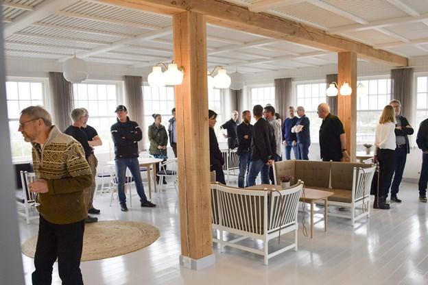 Gæsterne betragtede det fantastiske håndværk og de smukke detaljer, som er lagt for dagen i det nye Svinkløv Badehotel, hvor der har været fokus på alle detaljer. Foto: Michael Koch