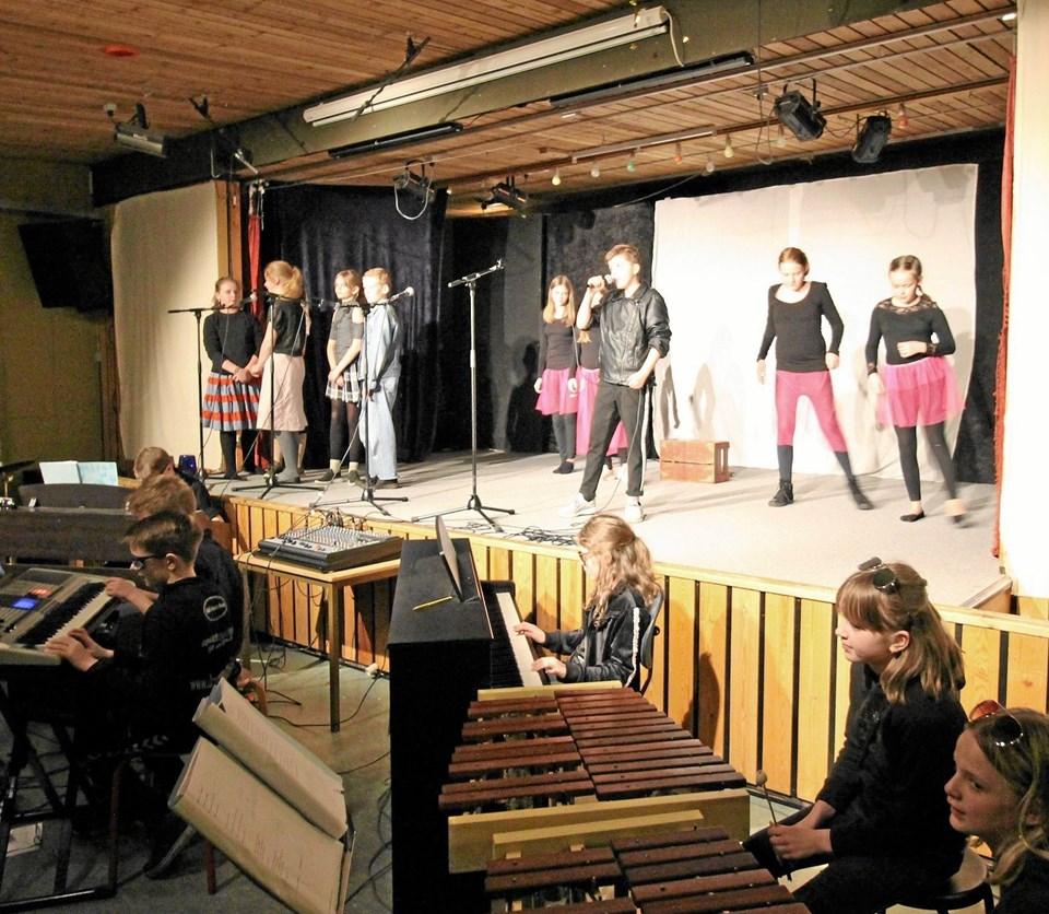 """På kælderscenen kunne man opleve musicalen """"Jyllingevej"""". Der var elever i både orkestergraven og på scenen. Foto: Jørgen Ingvardsen Jørgen Ingvardsen"""
