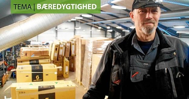 Ivan Iskov Nielsen, leder af lager og pakkeri hos Sindal Autoophug, foran brugte cykelkasser, der skal anvendes til forsendelse af døre fra virksomheden.  Foto: Erhvervsnyt
