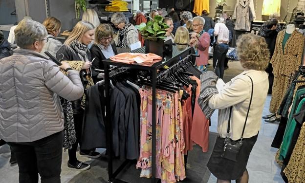 Efter modeshowet var der lejlighed til at se nærmere på husets store udvalg af tøj fra modehusene, og mange gjorde en god handel, da der denne aften var store rabatter at hente. Foto: Niels Helver Niels Helver