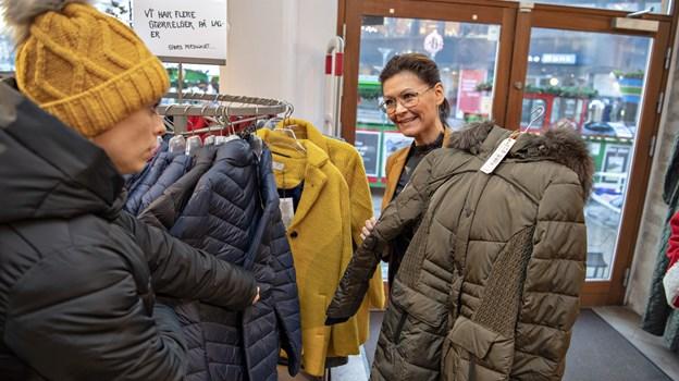 I Piaf hos Pia Frost sikrede Majken sit nyt tøj til garderoben. Det blev til en blondetop, en jakke, tørklæde og stik. Foto: Kurt Bering Kurt Bering