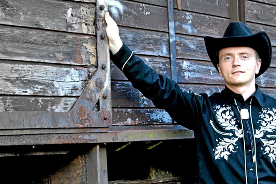 Den professionelle countrysanger Thopper spiller og synger om torsdagen. Foto: Privatfoto Privatfoto