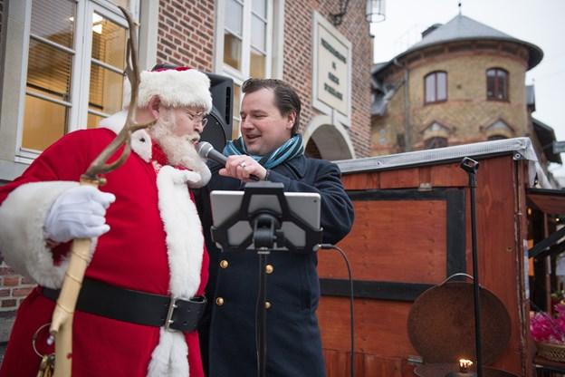Johnny Christensen leverede en fin performance i gågaden - her feat. Santa Julle. Foto: Hans Ravn