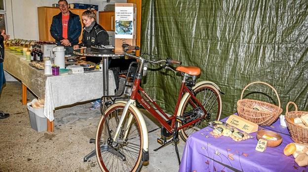 Man kunne vinde en cykel denne fredag eftermiddag, hvis man kunne gætte om cyklens navn var et ostenavn eller det var familie mellemnavn. Vinderen af cyklen blev Kren Viborg, Aars. Foto: Mogens Lynge