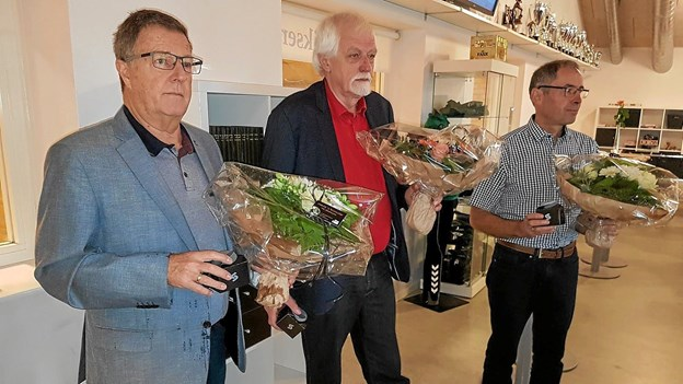 Der var blomster og gave fra foreningen til dagens hædersgæster - Axel Petersen, Søren Toft og Hans Krabsen. Foto: Karl Erik Hansen Karl Erik Hansen