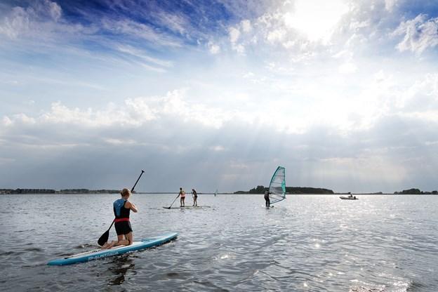 Windsurfing og stand up paddle kan vel næppe foregå i mere idylliske omgivelser end her på billedet. Det er en sand lise for sjælen at dyrke sin sport i et så skønt scenarie.