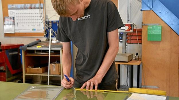 Martin Ravn, 27 år, har fået en ny start hos Studsgaard A/S, hvor han laver presenninger og net i plastik.