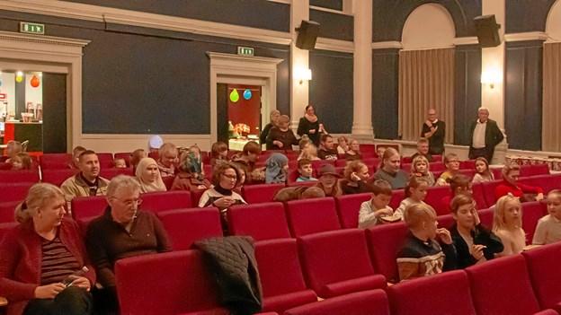 Publikum sætter sig til rette for at se Dunderklumpen. Privatfoto