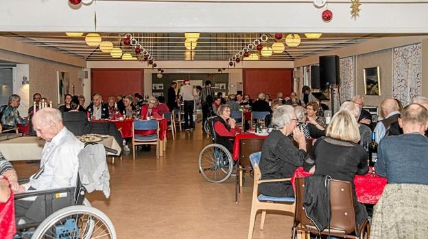 Der var godt fyldt op i spisesalen på Røde Kors Hjemmets spisesal, da 120 personer fik julefrokost. Foto: Mogens Lynge Mogens Lynge