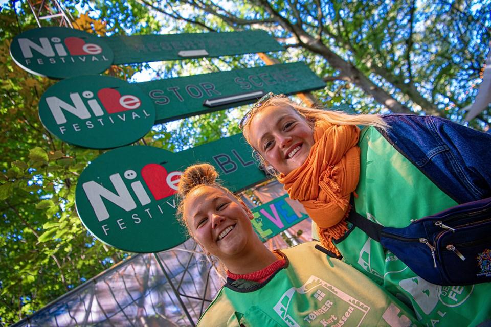 Der er god stemning på Nibe Festival. Også blandt de mange frivillige. Foto: Martin Damgård