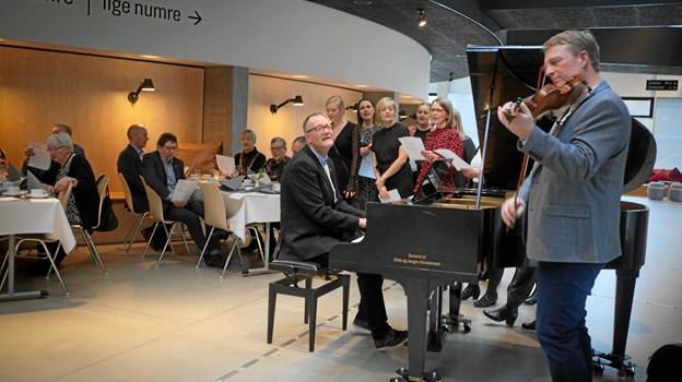 Fødselsdagsfesten blev ingen undtagelse - også her indtog Henrik Baloo Andersen pladsen bag klaveret.