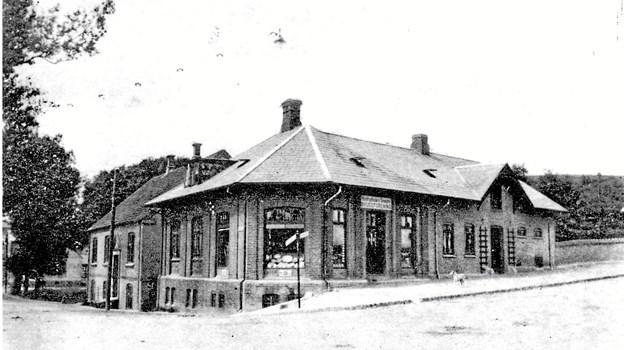 Fra opførelsen i 1918 til 1973 lå Hostruphuse & Omegns Brugsforening på hjørnet af Hostrupvej og Banegårdsvej, hvor Aldi ligger i dag.