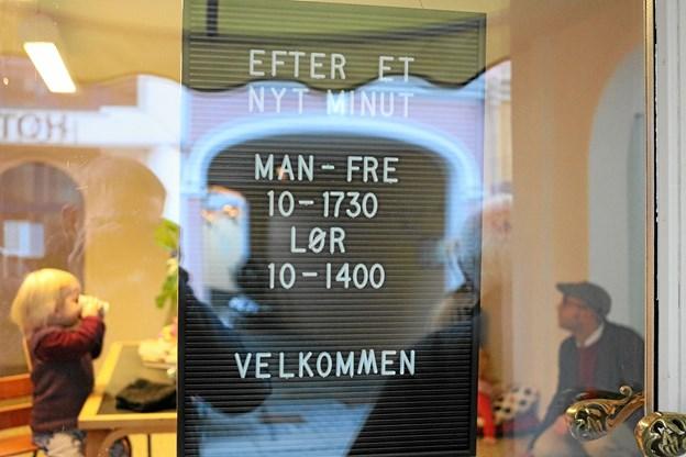 """""""Efter et nyt minut"""" ønsker at være en aktiv deltager i byen liv, hvorfor der holdes åbent som Sæbys øvrige butikker, alle hverdage fra kl. 10-17.30 og lørdage kl. 10-14. Tommy Thomsen"""