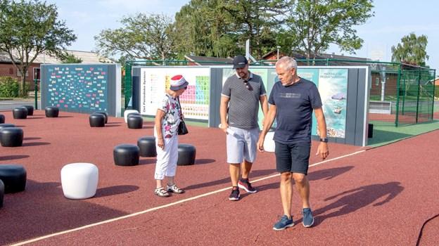 Mona Thomsen, Michael Schafranek fra firmaet Uniqa, der har lavet projektet, og Erik Krabbe på vej ud på løbebanen, der grænser op til det, der bliver det udendørs klasselokale.