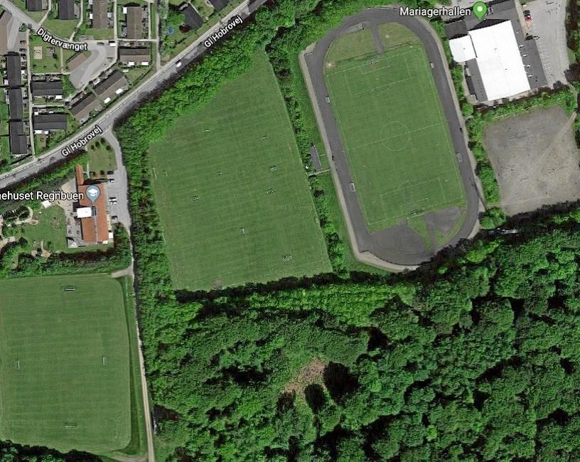Mariager IK's nuværende banlæg i luftperspektiv op mod Gl. Hobrovej. Det er baneområdet i midten, som skal omlægges til kunstbane, hvis det går, som klubben håber.
