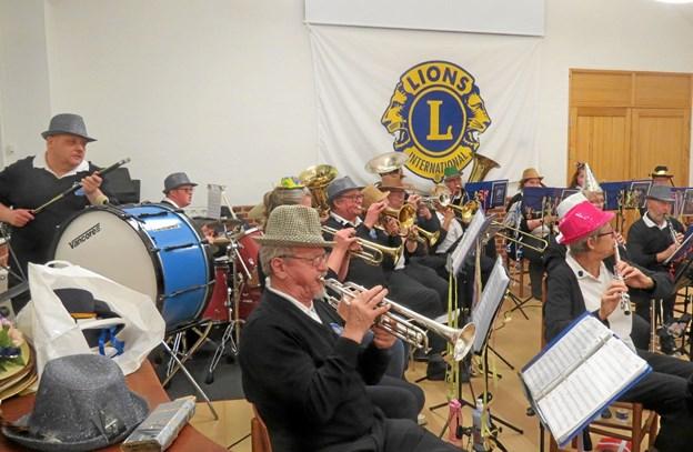 Brønderslev Harmoniorkester iført nytårshatte. Foto: Kirsten Olsen