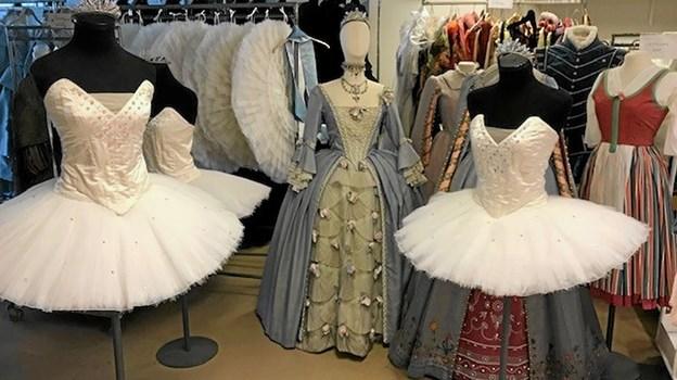 Slottet har lånt kostumer, kjoler og meget andet, som er kreeret af dronning Margrethe til udstillingen i Dronningesalen. Billedet her er fra Det Kongelige Teater, hvorfra tingene er udlånt. Privatfoto privatfoto