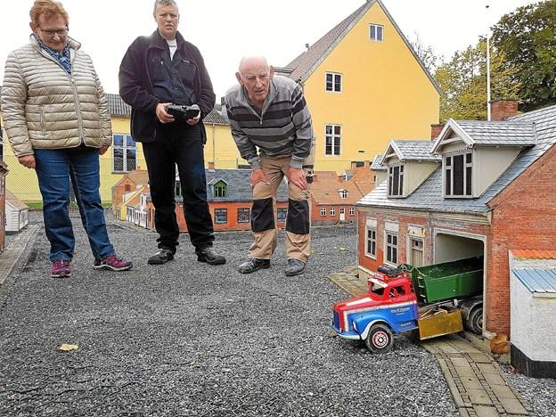 En lastvogn grus ankommer til vognmand Jensen i Toldbodgade 2 i Thisted. Den gamle lastbil, malet i Hanstholm Container Transports farver, bakker ind i porten. Foto: Ole Iversen