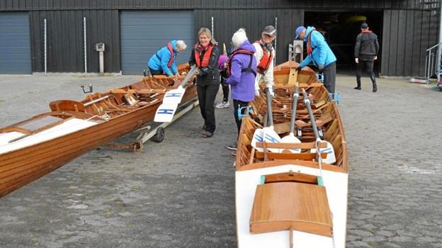 Årene bæres ned på broen så de er klar når roerne er i bådene. Foto: hhr-freelance.dk