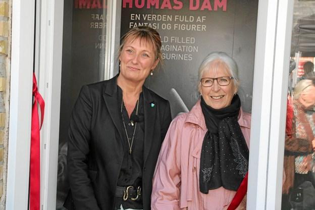 Helle Bak Andreasen og Lalja Dam i døren til Gjøls fine trolde museum. Foto: Flemming Dahl Jensen
