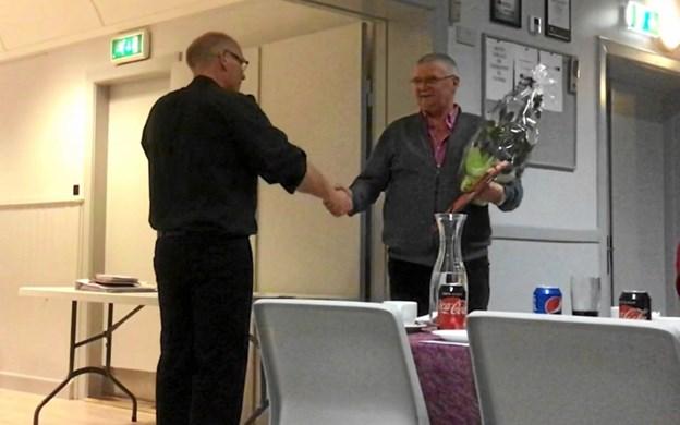 Formand Henning Jochumsen overrækker blomster til kasserer Kim Jæger (t.h.). Privatfoto