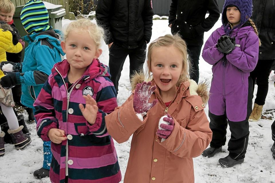 Inden den officielle indvielse var der tid til en rask sneboldkamp og lidt leg. Foto: Niels Helver