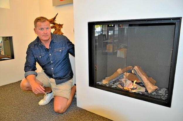 Christen Nielsen ved en af de helt store trends i øjeblikket - indbyggede gaspejse. Foto: Jesper Bøss