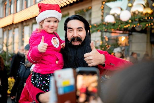 Ifølge undersøgelsen bruger ca. en tredjedel af de adspurgte forældre over 1.000 kroner på julegaver pr. hjemmeboende barn. Og ca. 2% bruger mere end 4.000 kroner. Hr. Skæg er ambassadør for Operation Julegaveregn.PR-Foto