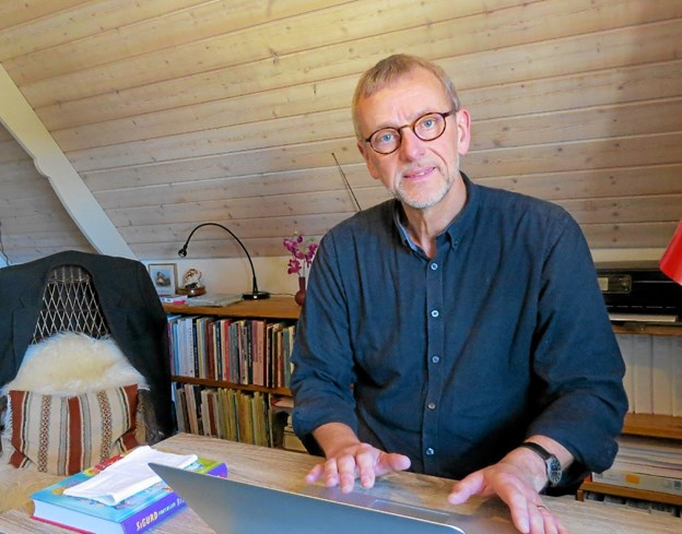 Jens-Anders Djernes forbereder sine prædikener under skråtaget i sit hyggelige hjemmekontor. ?Foto: Kirsten Olsen