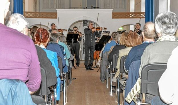Koncertmester Vesselin Demirev i forgrunden for Aalborg Symfoniorkesters strygere på Vitskøl Kloster. Foto: Mogens Lynge Mogens Lynge