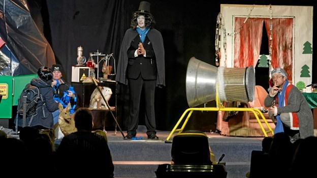 """Theo, Erling og Nicolas vil fange doktor Schwartz køre ham igennem """"net-maskinen"""" og lave ham til flis i """"helvedesmaskinen"""". Foto: Niels Helver Niels Helver"""
