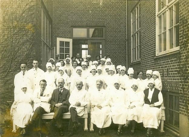 Personalet på Nykøbing Sygehus omkring 1931. I forreste række som nummer fire fra venstre sidder Jacob Nordentoft. Foto: Morsø Lokalhistoriske Arkiv.