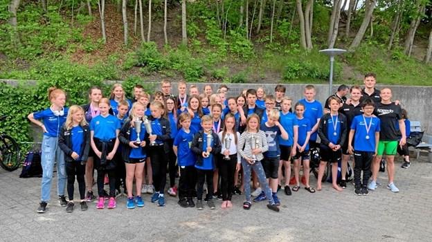 En stor flok af Hobro Svømmeklubs konkurrencesvømmere fotograferet i forbindelse med Himmerlandsturneringens sidste stævne i Støvring i den forgangne sæson. Privatfoto