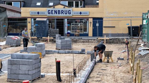 Måske er en ny kundegruppe på vej - i hvert fald er der ved at blive opført knap 30, nye ungdomsboliger ved siden af genbrugsbutikken.Foto: Hans Ravn Hans Ravn