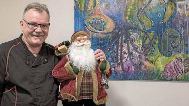Claus Fiehn og Julius siger, at ingen behøver sidde alene hjemme juleaften. Derfor inviteres der til julefest i cafeen med mad og alt, hvad der ellers hører en juleaften til. Foto: Niels Helver